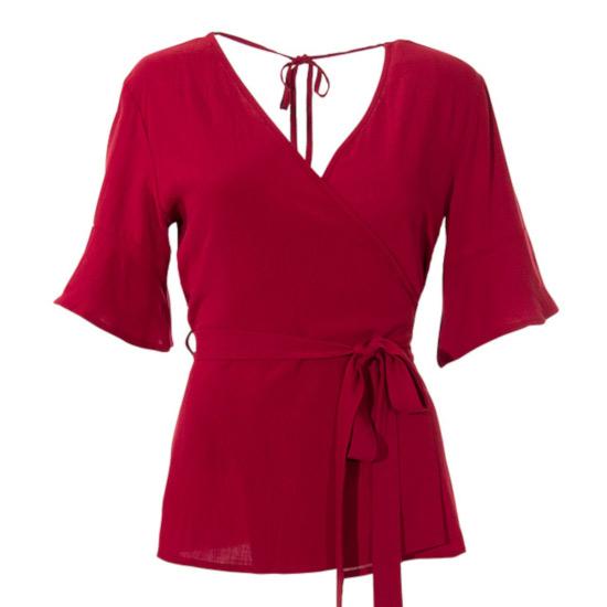 Blusa Coline viscosa cruzada roja. Esta elegante y original blusa Coline es ideal para combinar con toda tu ropa. Además tiene un cinturón de la misma tela para ajustarla a la cintura. Una blusa ideal como fondo de armario. Además tiene manga al codo y un escote de pico muy favorecedor. No te quedes sin esta blusa Coline, es un fondo de armario.